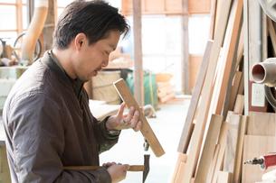 家具を作る男性の写真素材 [FYI02686389]