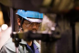 工場で働く30代男性の写真素材 [FYI02686393]