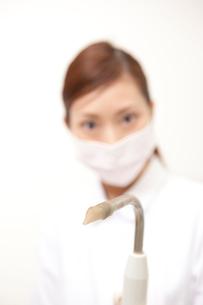 バキュームを持つ歯科衛生士の写真素材 [FYI02686434]