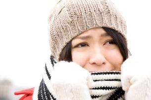 寒がっている女性の写真素材 [FYI02686435]