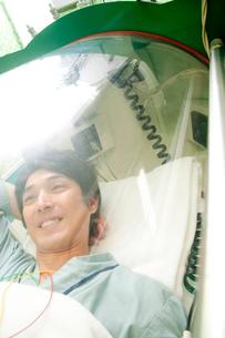 酸素カプセルに入る男性の写真素材 [FYI02686443]