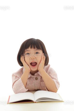 本を読むおかっぱの女の子の写真素材 [FYI02686471]