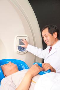 トモセラピーによる治療をする男性医者の写真素材 [FYI02686496]