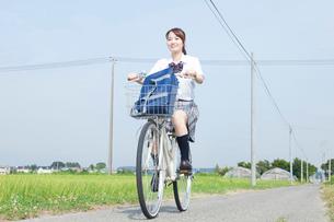 自転車通学する女子高校生の写真素材 [FYI02686513]