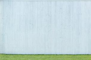 広い壁と芝生の合成向け背景素材の写真素材 [FYI02686521]