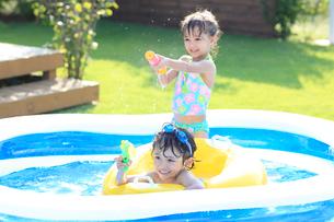 プールで遊ぶ男の子と女の子の写真素材 [FYI02686522]