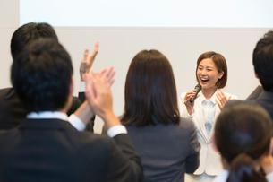 発表者とスタンディングオベーションをする聴講者の写真素材 [FYI02686532]