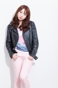 ライダースジャケットを着る女性の写真素材 [FYI02686533]