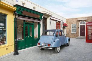 おしゃれなヨーロッパイメージの街並みとかわいい車の写真素材 [FYI02686546]