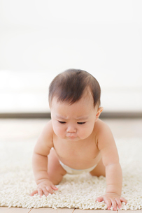 不機嫌な裸の赤ちゃんの写真素材 [FYI02686549]