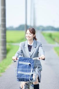 自転車通学する女子高校生の写真素材 [FYI02686618]