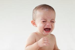 泣いている外国人の赤ちゃんの写真素材 [FYI02686623]