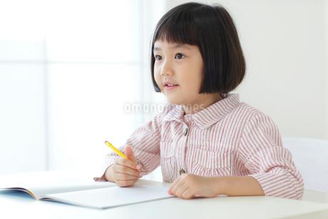 勉強をするおかっぱの女の子の写真素材 [FYI02686628]