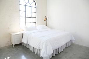 大きな窓のある広い寝室の写真素材 [FYI02686781]
