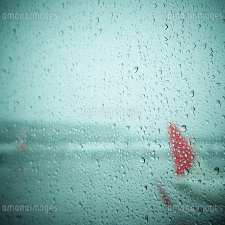 水滴が付いた飛行機の窓の写真素材 [FYI02686814]