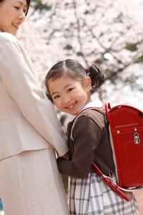 新入学の女の子と母親の写真素材 [FYI02686826]