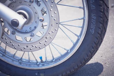 バイクのタイヤの写真素材 [FYI02686833]