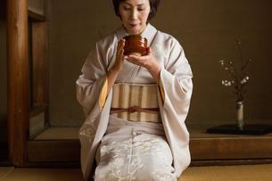 茶道を嗜む50代女性の写真素材 [FYI02686876]