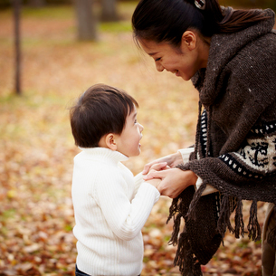 向い合う母親と男の子の写真素材 [FYI02686902]