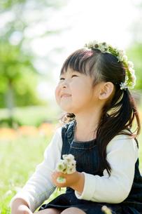 シロツメクサの花冠をつけた女の子の写真素材 [FYI02686962]