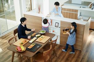 食事の準備をするファミリーの写真素材 [FYI02686965]
