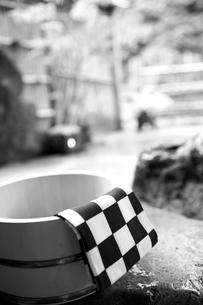 露天風呂の桶と手拭いの写真素材 [FYI02686983]