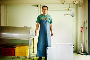 エプロンをつけた氷店の笑顔の男性の写真素材 [FYI02686991]