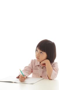 勉強をするおかっぱの女の子の写真素材 [FYI02687061]