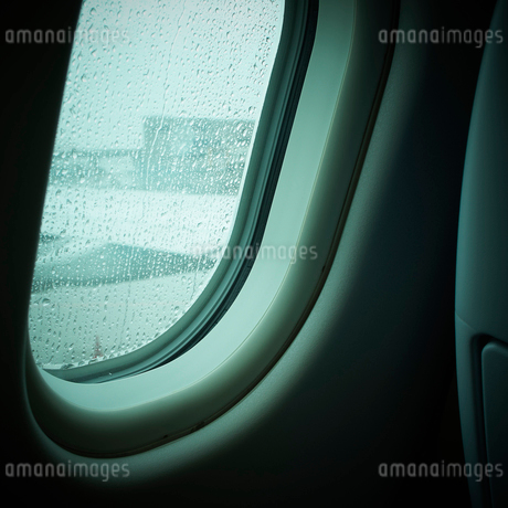 水滴が付いた飛行機の窓の写真素材 [FYI02687125]