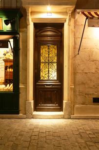 フランスイメージのアパルトマンの入口の写真素材 [FYI02687201]