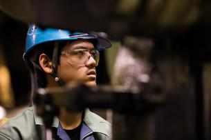 工場で働く30代男性の写真素材 [FYI02687296]