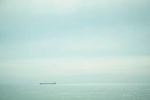 海とタンカーの写真素材 [FYI02687340]