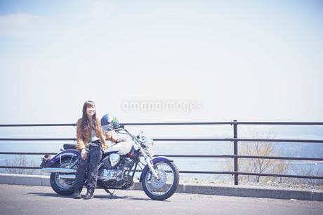 バイクと女性の写真素材 [FYI02687484]