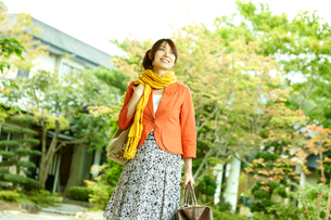 旅行バッグを持つ女性の写真素材 [FYI02687503]
