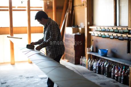 作業する中年男性の写真素材 [FYI02687521]