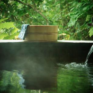 露天風呂の風呂桶と手ぬぐいの写真素材 [FYI02687570]