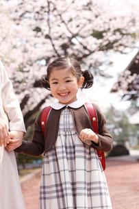 新入学の女の子と母親の写真素材 [FYI02687606]
