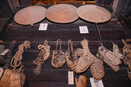 すげ笠と草鞋の写真素材 [FYI02687610]