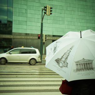 傘をさして信号待ちをする人 フィンランドの写真素材 [FYI02687623]