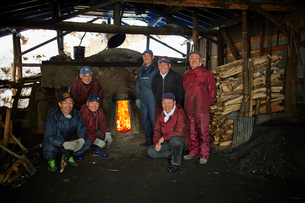 炭焼き窯と笑顔のシニア男性達の写真素材 [FYI02687650]