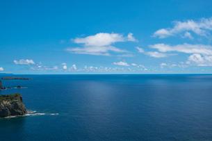 ウェザーステーション展望台から望む母島方面の海の写真素材 [FYI02688160]