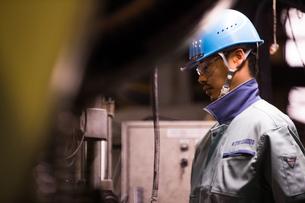 工場で働く30代男性の写真素材 [FYI02688604]