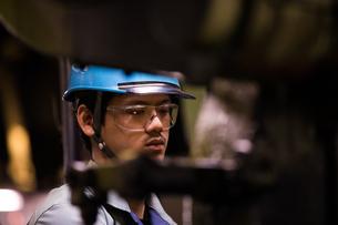 工場で働く30代男性の写真素材 [FYI02688611]