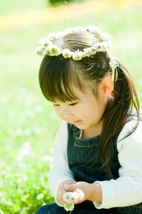 シロツメクサの花冠をつけた女の子の写真素材 [FYI02688731]
