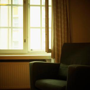 窓辺の椅子の写真素材 [FYI02688771]