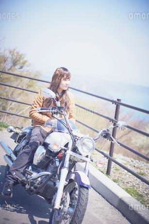 バイクに跨る女性の写真素材 [FYI02688891]