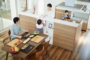 食事の準備をするファミリーの写真素材 [FYI02688894]
