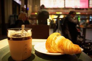 クロワッサンとコーヒーの写真素材 [FYI02688925]