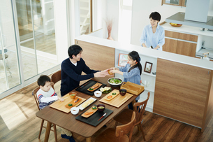 食事の準備をするファミリーの写真素材 [FYI02688982]
