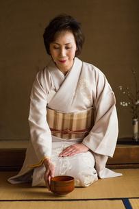茶道を嗜む50代女性の写真素材 [FYI02689059]
